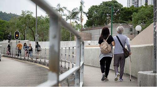 Candy陪伴患有認知障礙症的媽媽散步,盡量讓她有足夠活動。