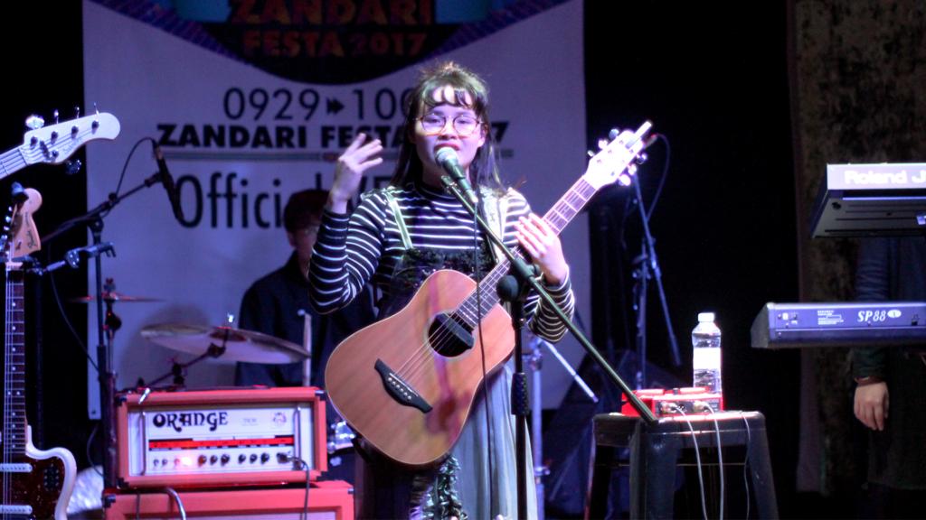 周華欣第一次在外地音樂節演出,心情興奮的她更決定脫掉鞋子唱歌,作一個新嘗試。