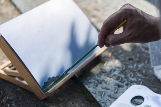藝術家能在形式與工具上突破媒介規限。(圖為黃進曦正於郊外寫生)