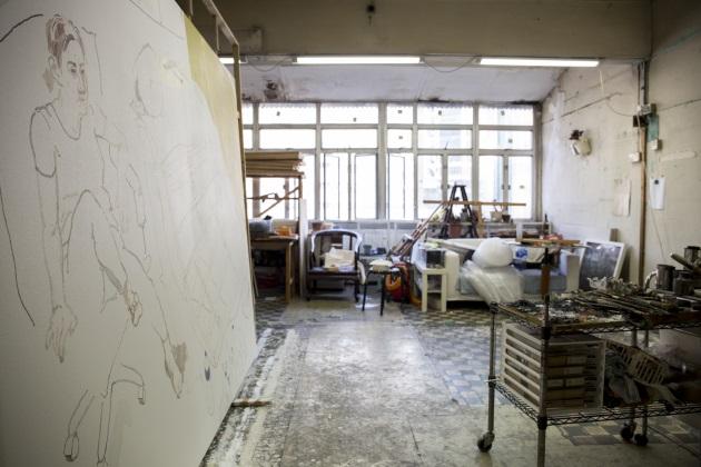 禤善勤正在繪畫快要搬離位於大角咀的工作室。