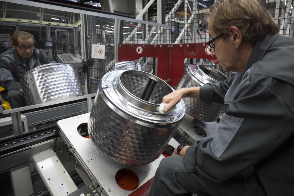 由智能機械人造出的洗衣機滾桶,每個需經這位伯伯,人手用一塊絲襪質地布塊在每處焊接位反覆揩抹,來測試接合平順與否,這種費時的人手品質檢測,相信對重視短線利潤的企業來說,簡直匪夷所思同錢有仇。