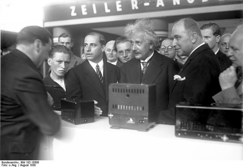 1930年,愛因斯坦以科學家身份為IFA主持開幕典禮可見展覽會的前瞻性,及以學術研究為工業生產後盾的德國工業傳統。