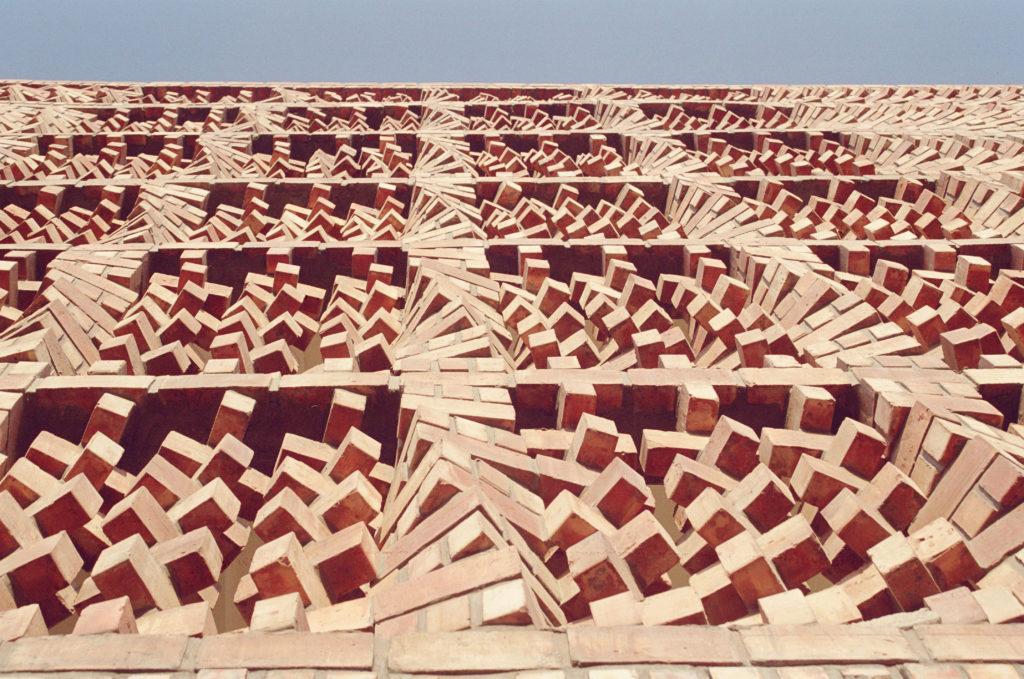 南亞人權文獻中心(South Asian Human Rights Documentation Centre)其多角度旋轉的磚石展示出動態的結構,而傳統南亞建築常用的自遮蔽技術,亦讓建築表面的熱量減少。