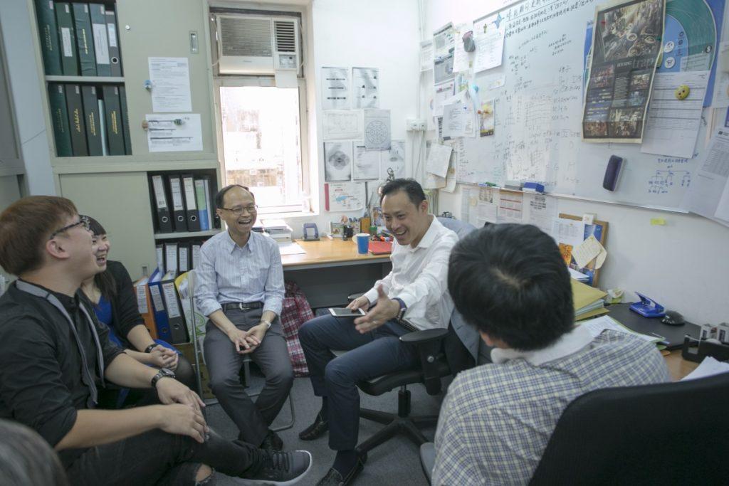 每個星期一的分享會「導航」創辦人Thomas(右二)與同事暢所欲言