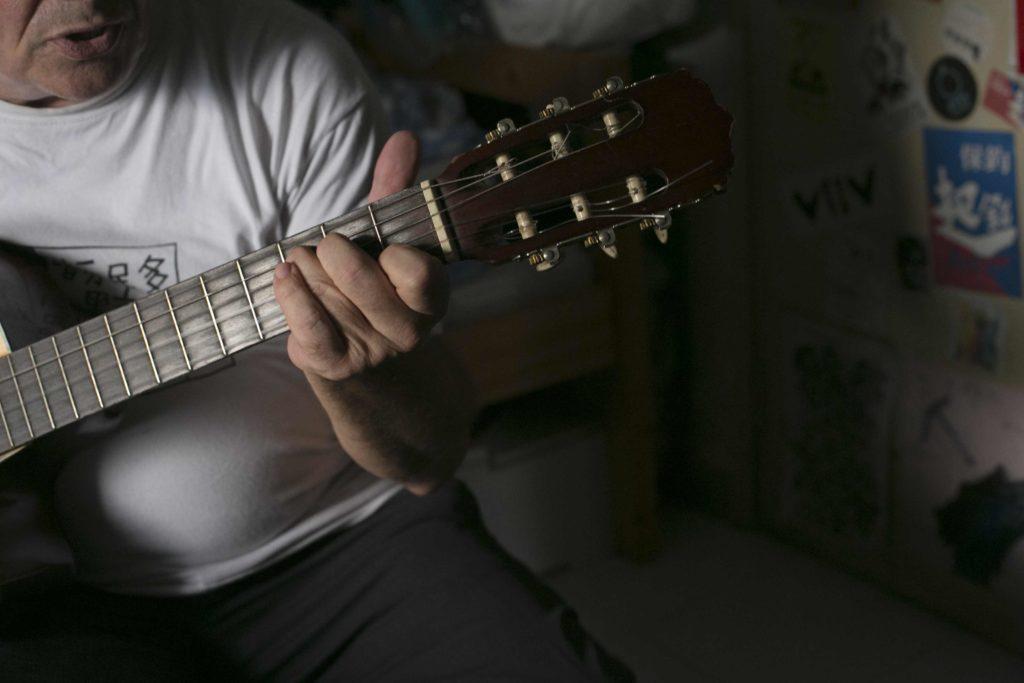 甘仔出過兩隻唱片,黑鳥樂隊郭達年所贈的結他上寫着「堅持到底」四字。