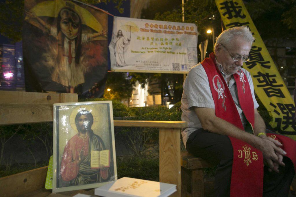 傘運三周年的彌撒,他獻唱一天寫就的《入獄》,為所有政治犯而寫。