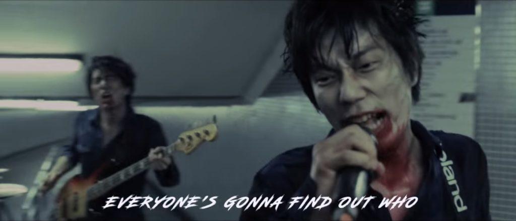 波多野裕介自言沒為創作設限,他在電影《今晚打喪屍》的主題曲〈雙截龍〉MV中,就自彈自唱自演扮喪屍,「趁年輕,Why not?」他說。(YouTube截圖)