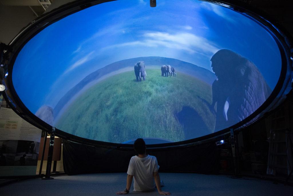 沉浸式360度全景投影系統imseDOME,通過邊緣融合技術,整合投影儀影像,呈現逼真的超高解析度影像。