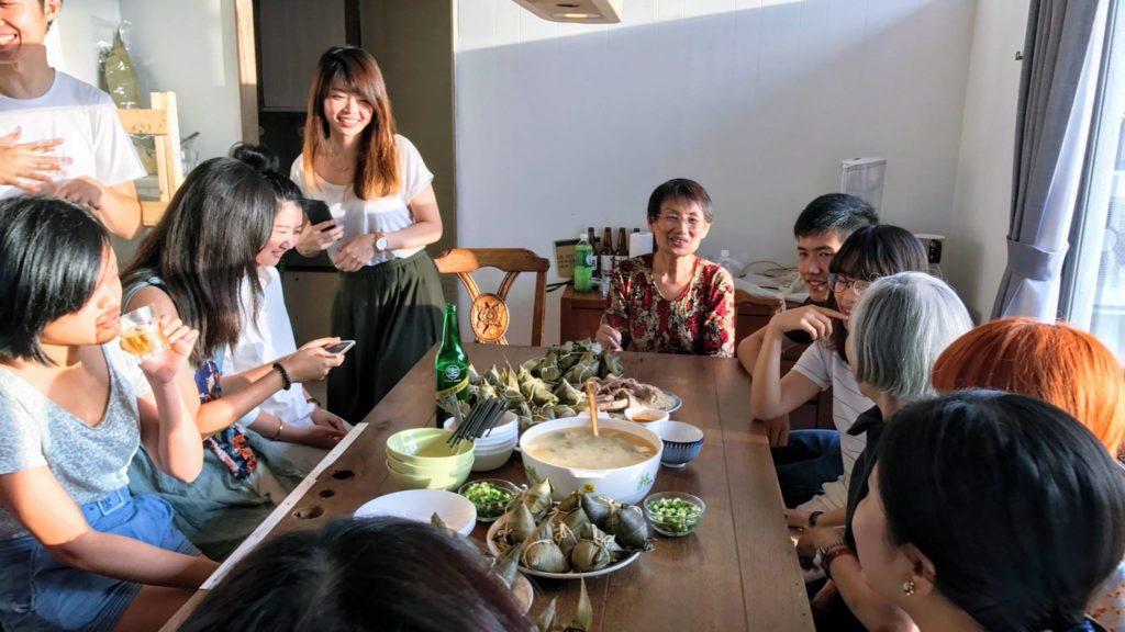 今年端午節玖樓實踐「青銀共食」,老少朋友聚首一堂,藉着一起包粽子的活動,重建人與人、人與食物、乃至人與社會的關係。