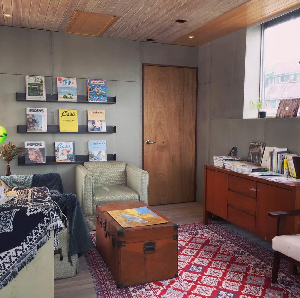 溫州玖樓公寓的三樓是住宿空間,而頂樓則用作社區中心,其中包括提供由「Boven雜誌圖書館」嚴選的生活雜誌,豐富生活的樂趣。