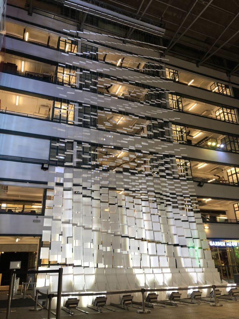 《合》 PMQ廣場中央的巨型LED垂直懸掛燈飾裝置,由設計團隊Bloom創作,概念源自「合」字,有融合的意思。當觀者走過這時空隧道,感應裝置將產生互動變化,製造有趣的視覺效果。