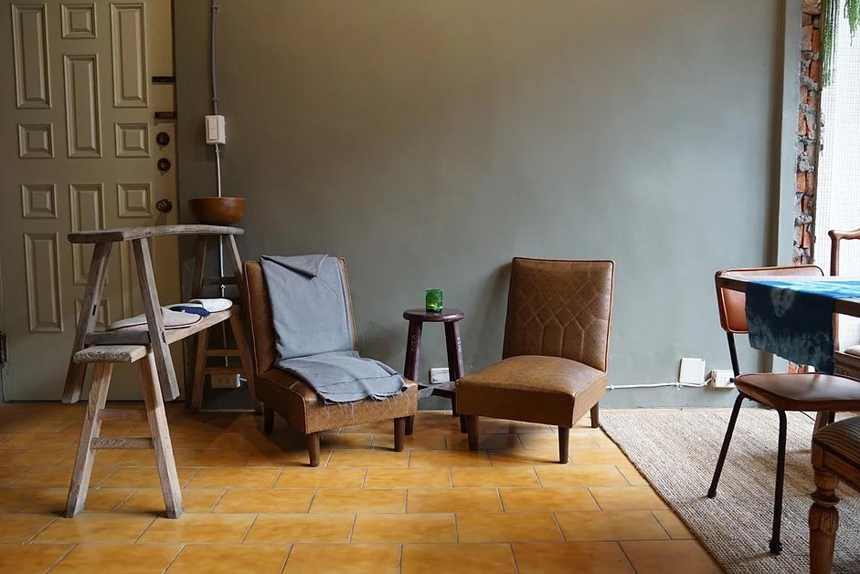 精心挑選的舊家具,為室內空間提供點綴作用。