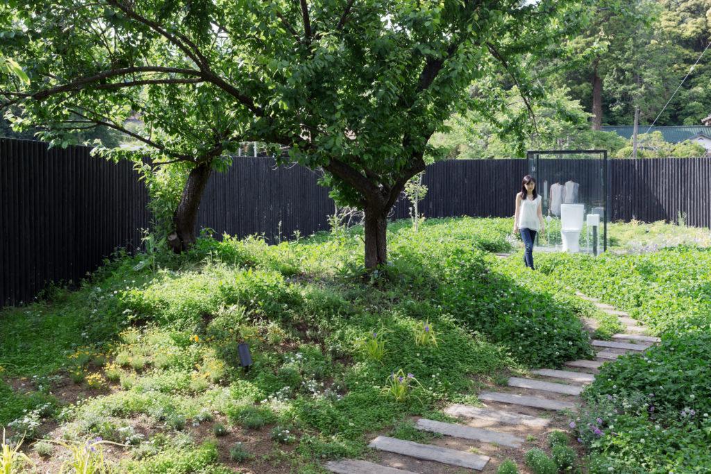 穿過圍牆,沿着小徑,才來到Toilet in Nature,好一種親近自然的如廁體驗。(圖片©IWAN BAAN)