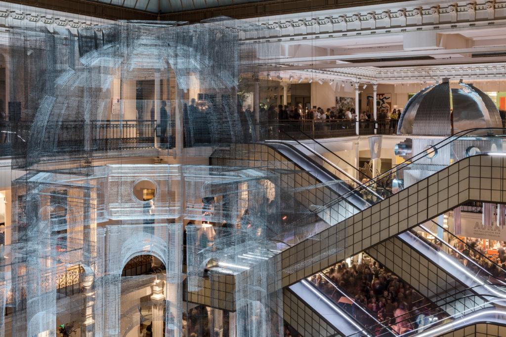 Edoardo為歷史悠久的「貴婦百貨」Le Bon Marche建構了兩個圓頂建築,一個是一貫愛用的透視網織,另一個是不透視卻空洞的金屬結構,在百貨公司內遙相呼應。