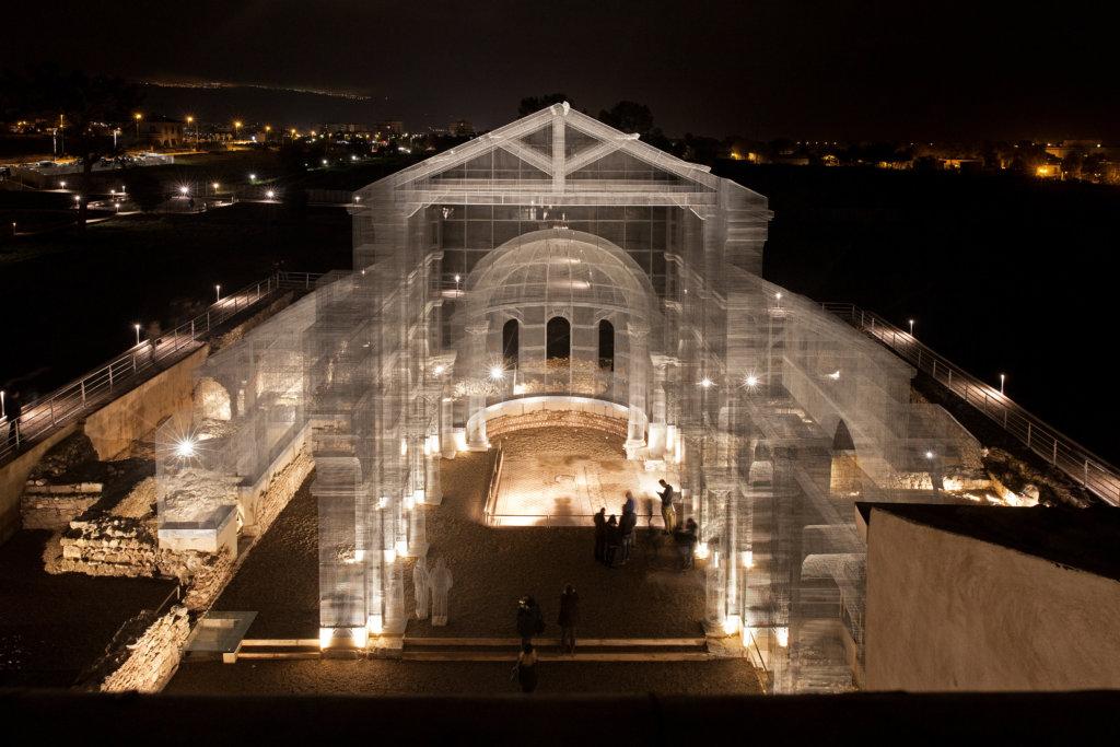 他在毀壞的Siponto大教堂原址上,以拿手的絲網結構細緻模擬拱門、穹頂、柱樑等建築元素,利用當代藝術把歷史建築重現眼前。