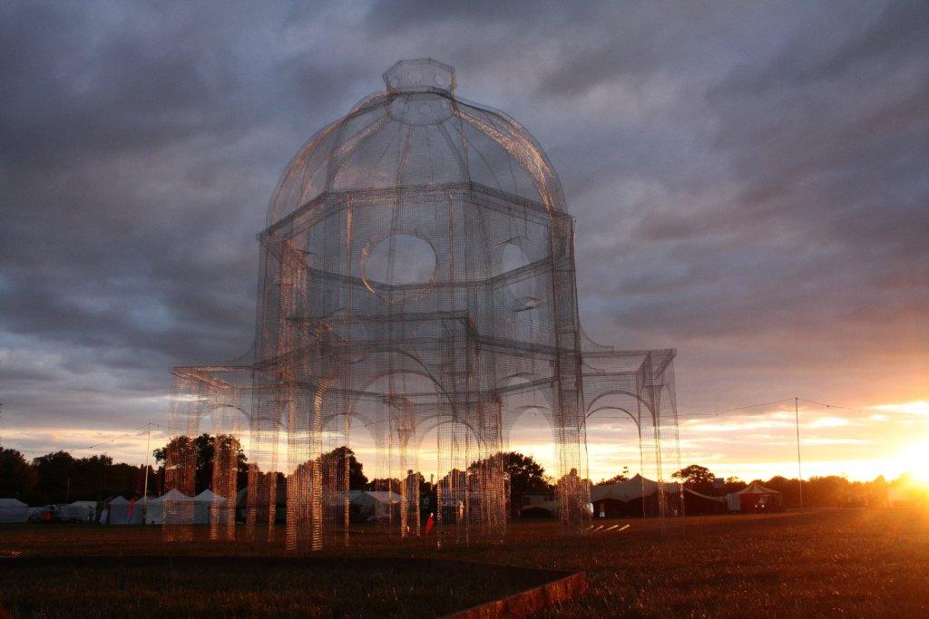 為英國Huntingdon的《 e Secret Garden Party》音樂節做的藝術裝置《Lift》。透視結構不遮擋自然景色,如像在空中繪畫建築輪廓線條一般。