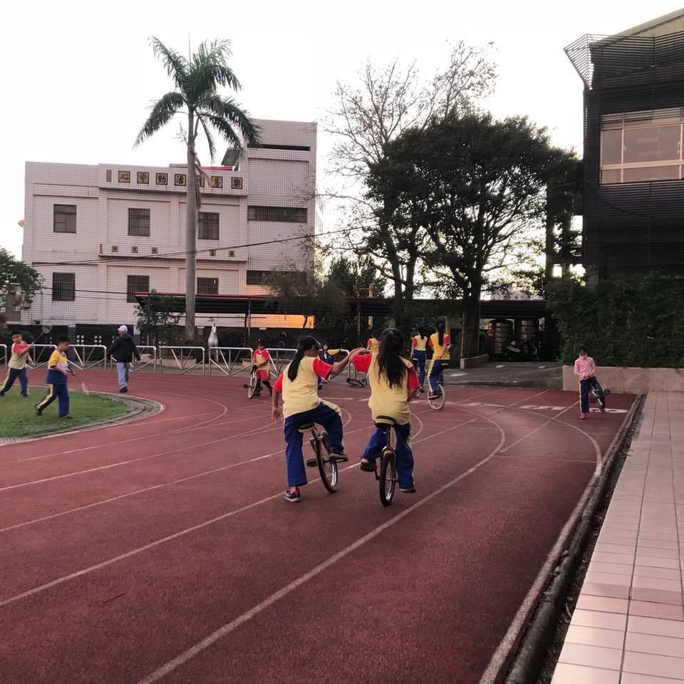 台灣桃園的小學也有許多單輪車,每到小休的時候,小朋友便會自己拿車去玩。(相片由受訪者提供)