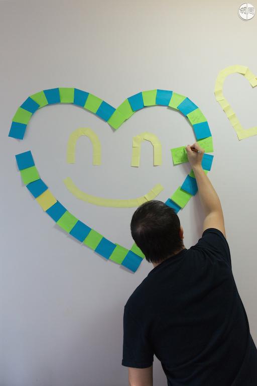 丈夫為Teresa打氣,在牀尾的牆上自製一個微笑的心心。