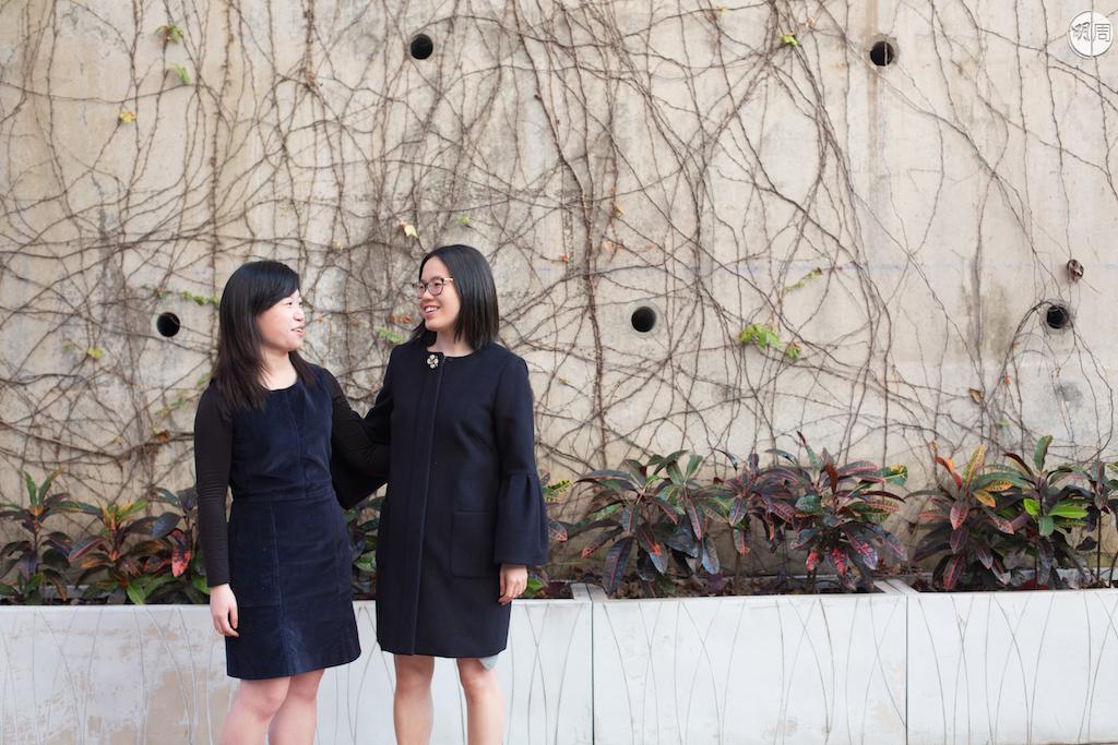 劉喜寶(右)與社工學生May, 後者正忙於為表姐Marina籌備一個為流產媽媽而設的輔導平台OAMA。
