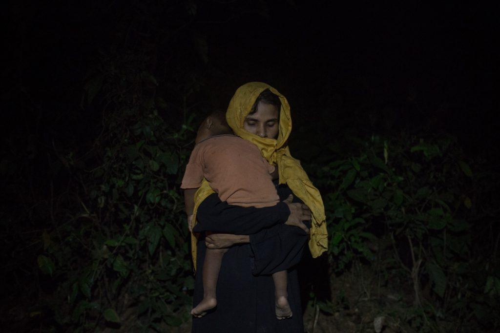 緬甸羅興亞難民逃到孟加拉難民營,在路邊等候食物補給,Nicole特意於在黑暗中拍攝一系列照片。
