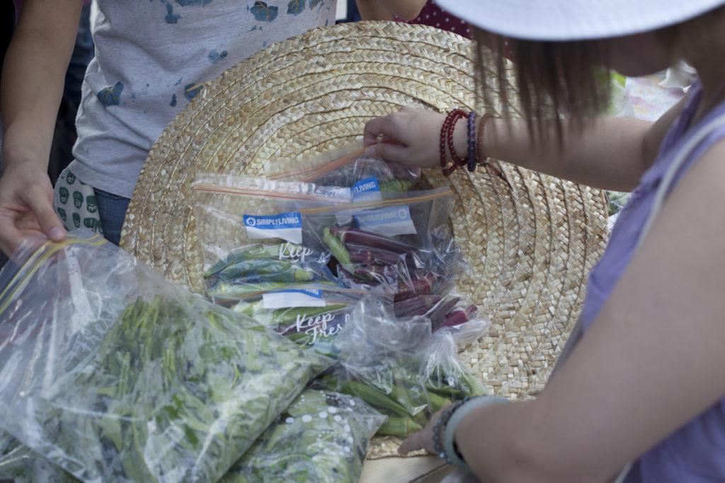 記者當日碰到元朗菜農跨區到上水賣新鮮蔬菜。