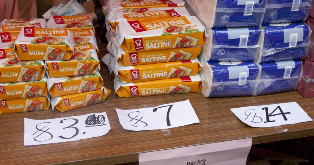 藥房搬遷後,天馬苑街坊連買廁紙也不方便。街坊用批發價入貨,以「至抵價」售出日用品,引來居民搶購。