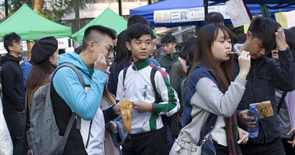 關注綜援低收入聯盟組織成員努力在當區派發傳單,當日吸引不少年輕男女進墟「掃街」。