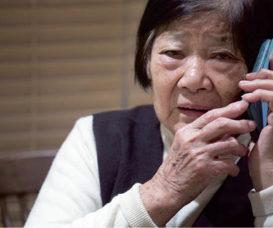 訪問時,當芳姐接到日託服務中心的來電,提醒她要接回伯伯,緊張之情即完全流露在臉上。