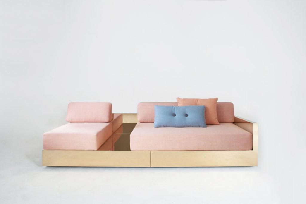 Mass系列的沙發以黃銅底座,配合粉色系的座墊。
