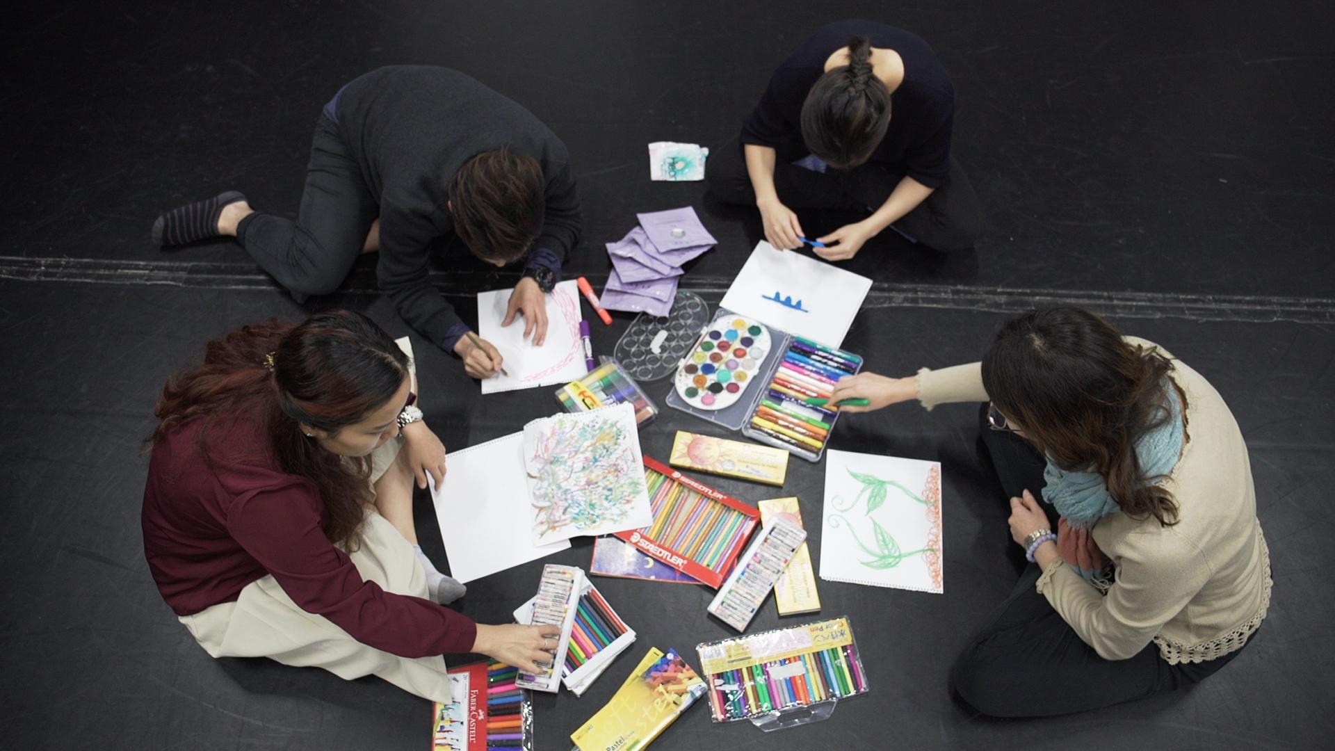 不懂畫畫就不能透過畫作反映情緒嗎?表達藝術治療師強調治療要求的技巧不高,人人都可參與。