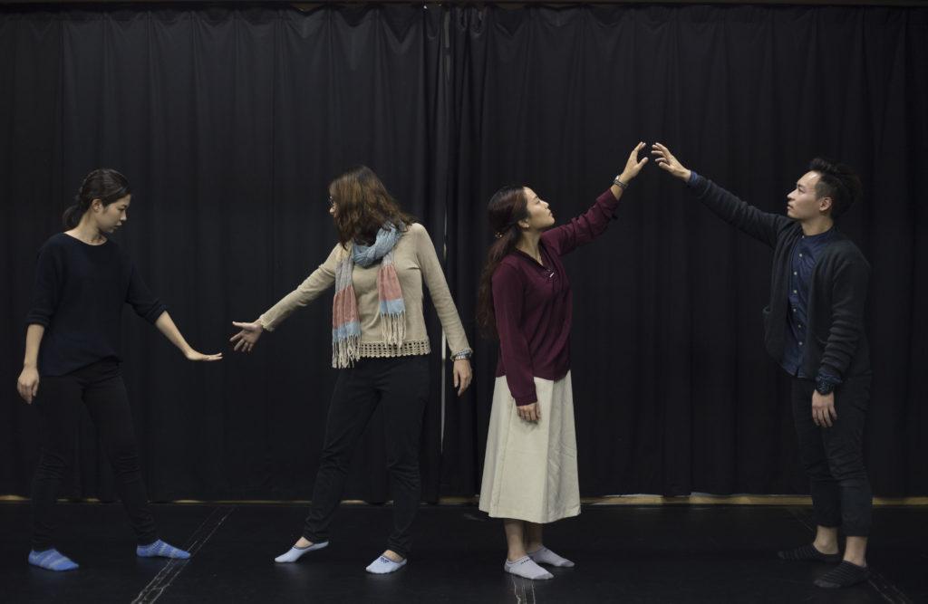 香港表達藝術治療服務中心四位年輕治療師Zoe、Janet、Canna及Keith只做半職,以便騰出更多時間義務為中心工作。