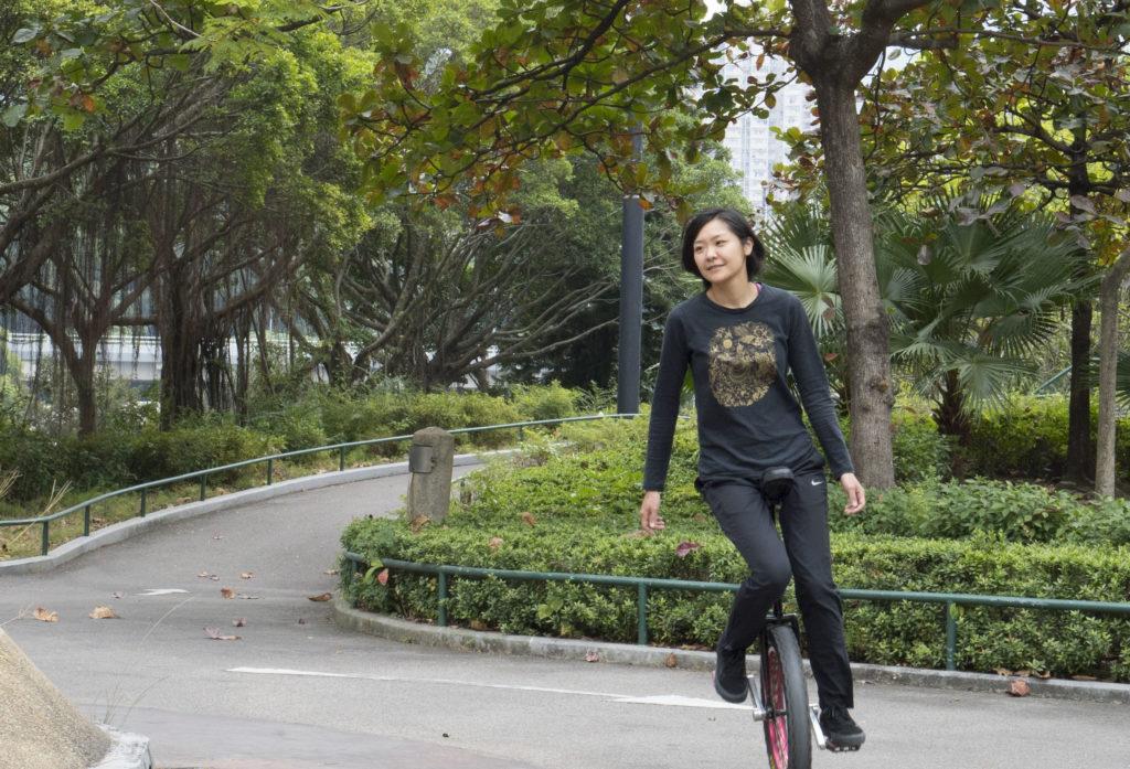 單輪車只要停下來便失去平衡,向前向後每走一步也要用力踩。