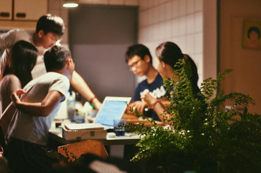 有燈就有人,五湖四海的室友從至連繫起來,互相分享快樂、分擔壓力。