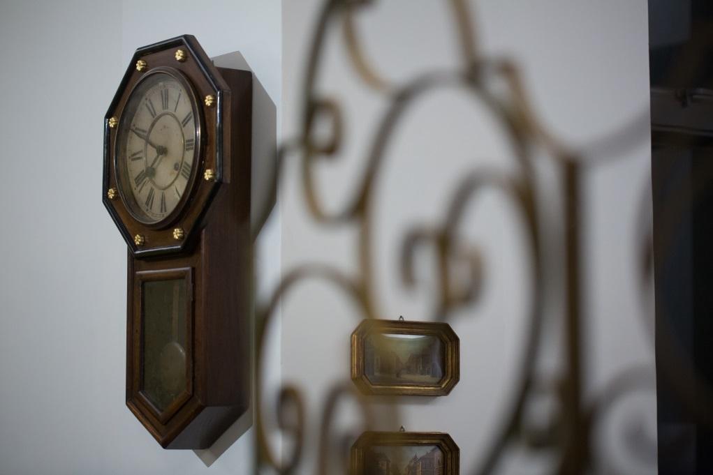 復修這個日本明治時計(Meji Clock Company)在1905年生產的檜木(Cypress)自鳴鐘,最大成就感,是復修甩皮甩骨的鐘殼,除了以檜木補缺失去了的八角形飾條,還有那失落了的三顆象徵王室的菊花鍍金鐵鈕──因為今天已難找到原裝鐵鈕替換,陳大成用瓷土捏製再上金釉以高溫燒,憑肉眼根本看不出是複製品。