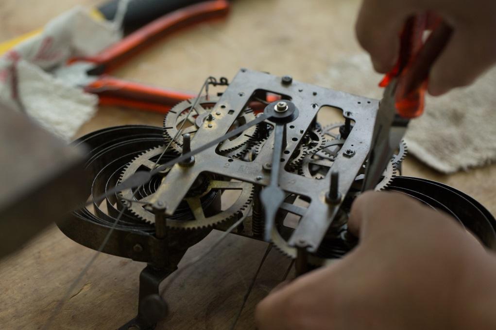 作為全方位的古物復修師,大成做得最多是木造家具和陶瓷,但個人最感興趣的是機械鐘表復修。因為愈早期的鐘,每個機械結構都不同,零件也是人手打造,觸感很有「人味」。