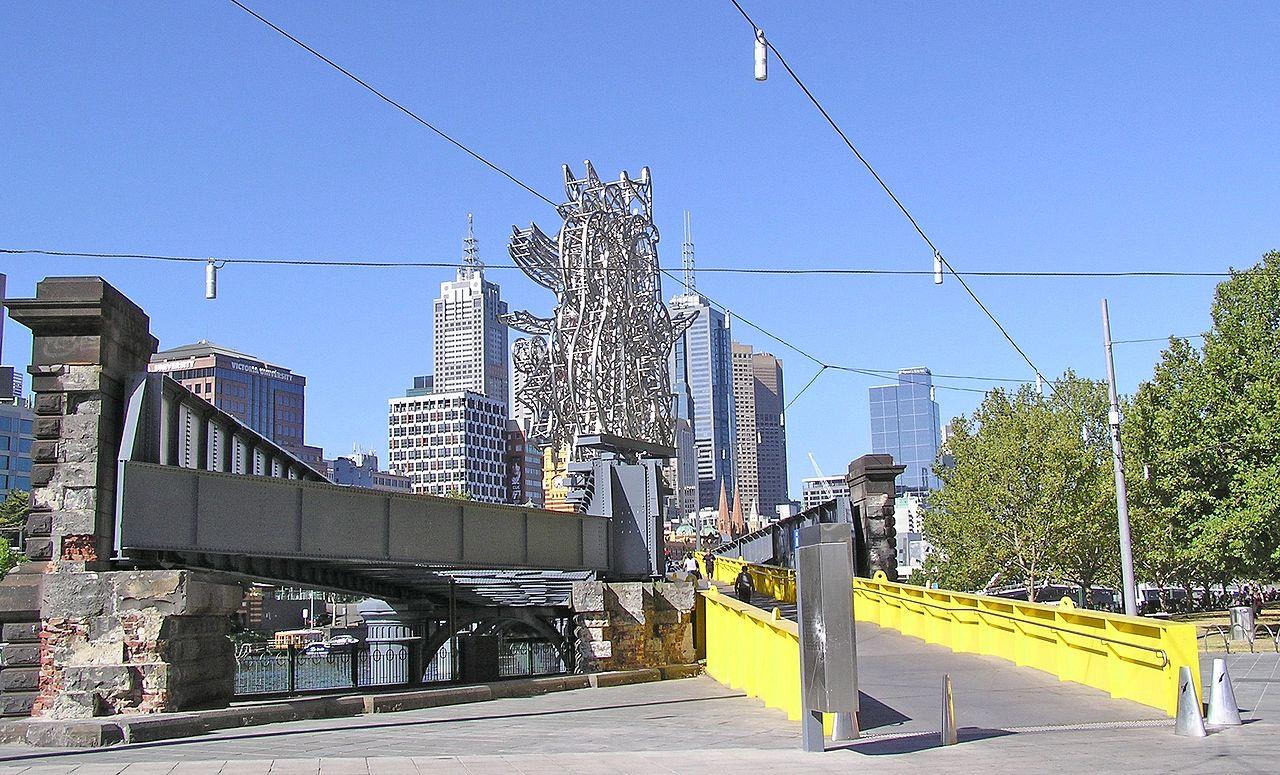 橋現況,於2006年翻新重開後,左側增添了十個雕塑。(網上圖片,Donaldytong攝)
