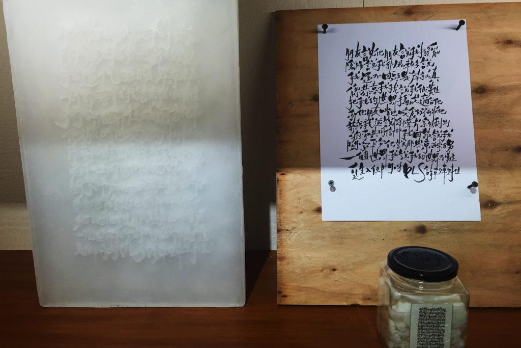墓碑(左)與文創商品蠟燭(右)(梁文賢攝)