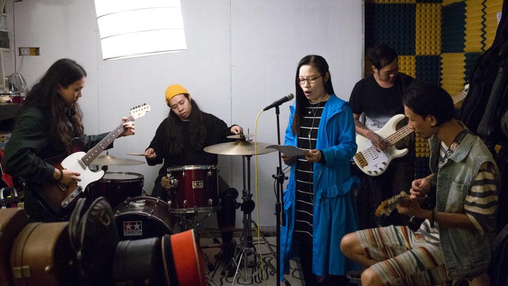 洛楓站在樂隊成員中間讀詩