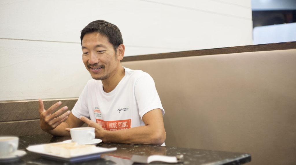 訪問當日,我們與梁百行坐在茶餐廳內一邊飲奶茶,一邊聽他講跑步經。問他會否因為長跑而戒口,他笑稱不會,但只要不跑步,肚腩就會自然地走出來。