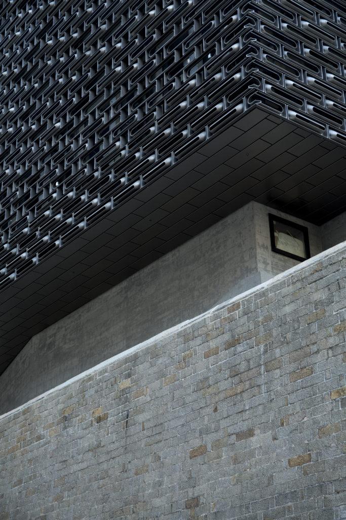 大館活化的新大樓,以前衞的造型和線條呼應歷史建築,形成鮮明的視覺對比,格外引人注目。