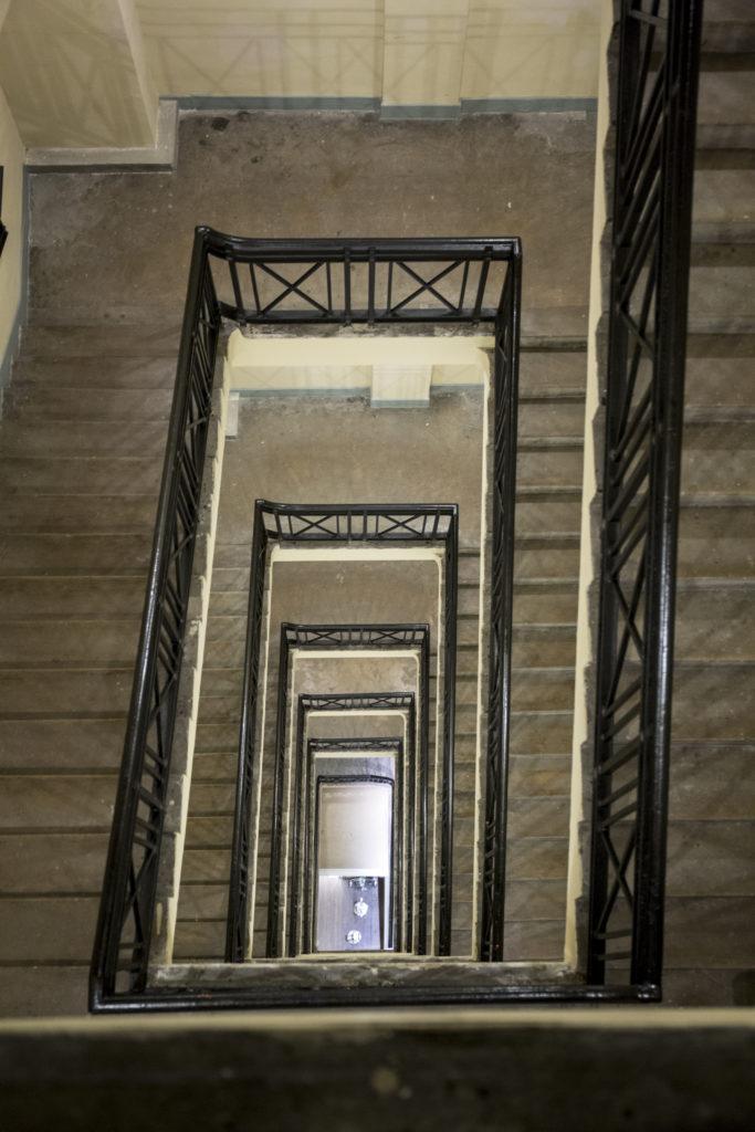 後樓梯隱身於大廈角落,設計裝修卻毫不將就,可見建築團隊的用心,印證了優雅是內在的美。