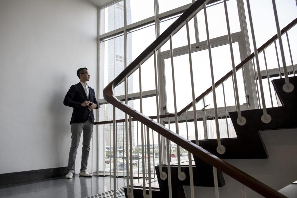 Martin總說港式優雅藏在隙縫之中,細微如大會堂的窗框和樓梯,也呈現簡潔而耐看的美;而忙裏偷閒欣賞周遭事物,亦不失為優雅的生活態度。
