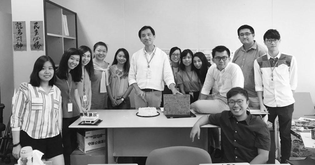 臨別議會,議員助理與研究員一起跟姚教授慶生。
