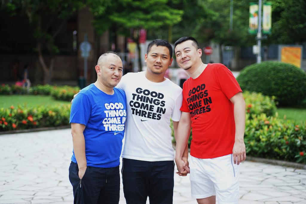站於人前的Hinson(圖左一)、William(圖右二)、與來自台灣的大峰(圖正中),他們由2016年開始共賦一居,生活美滿。