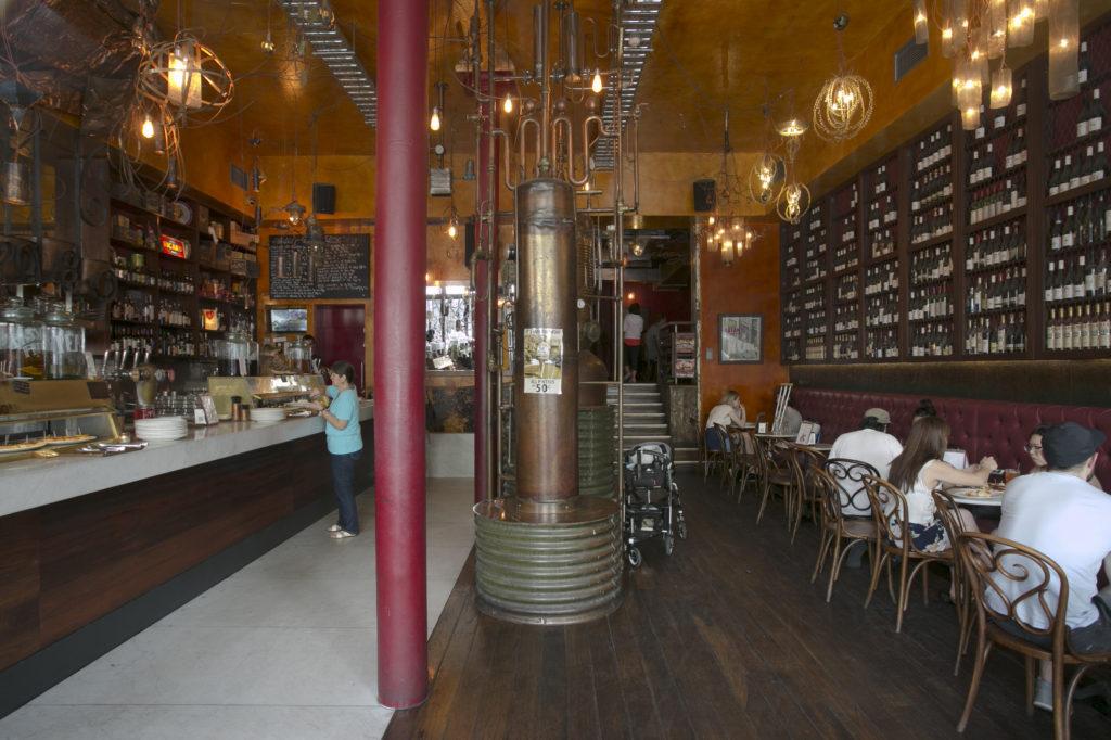 大型銅製蒸餾器成了餐廳一景
