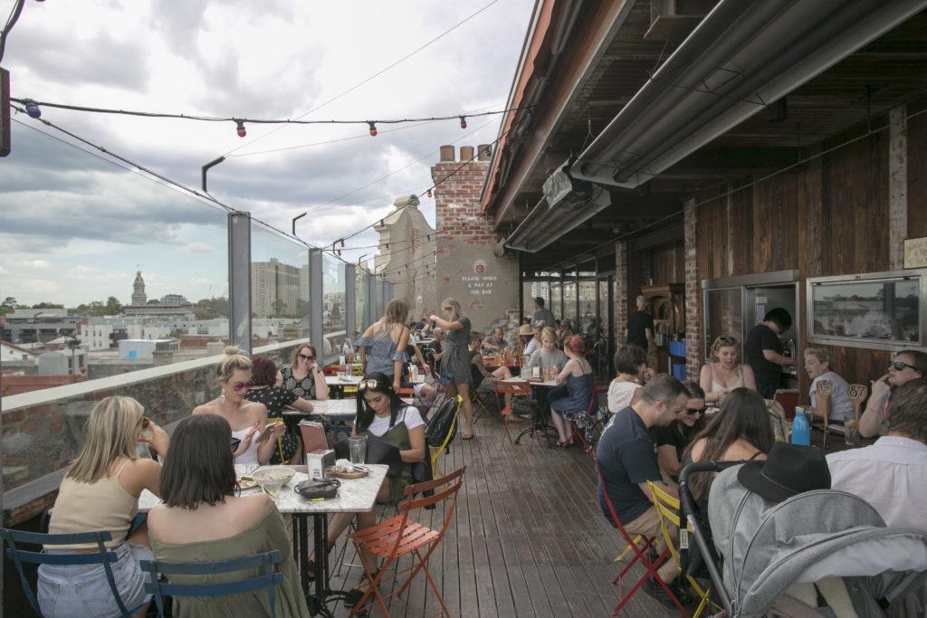天台酒吧,放眼望盡城市以外海天之際。