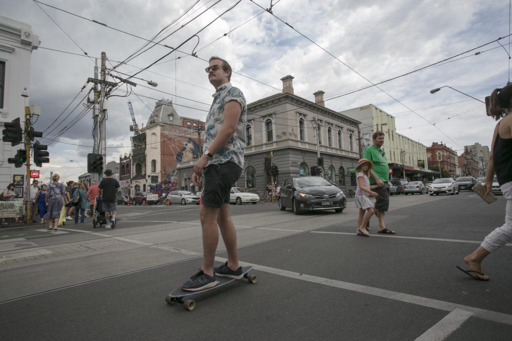 馬路、橫街以至冷巷,都會看到踩着滑板四出穿梭的人。