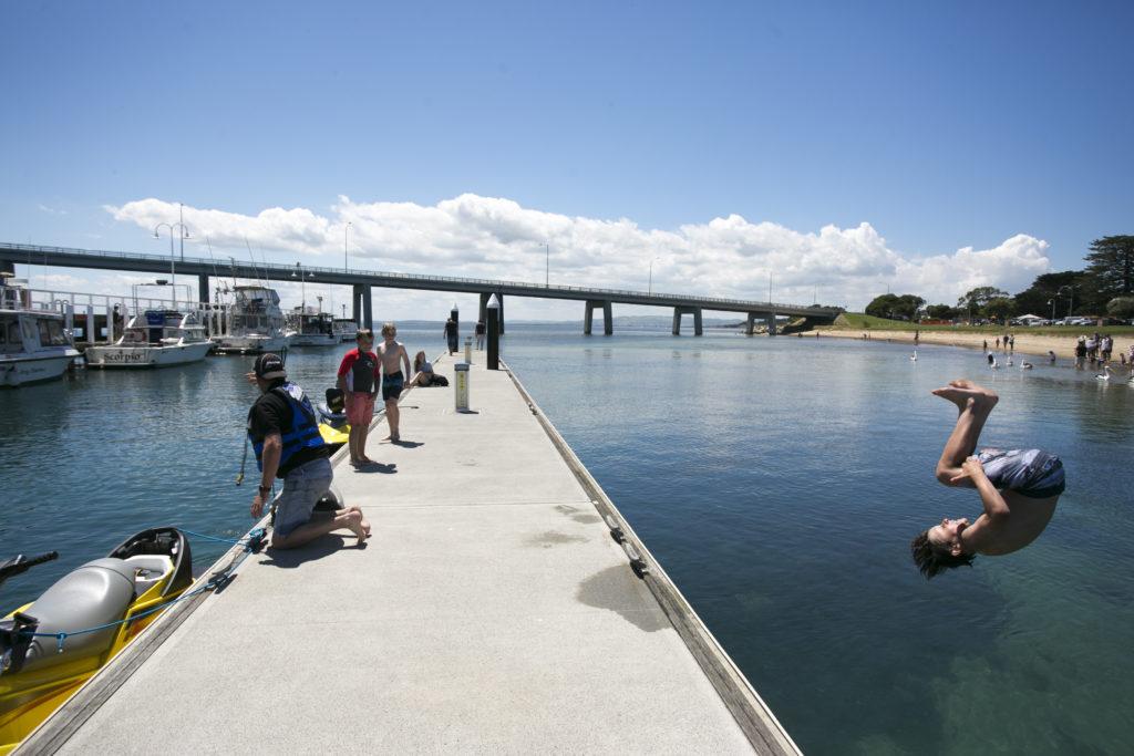 Phillip Island碼頭盡是盡情跳水的少年,他們甚至會和朋友比拼高難度動作。