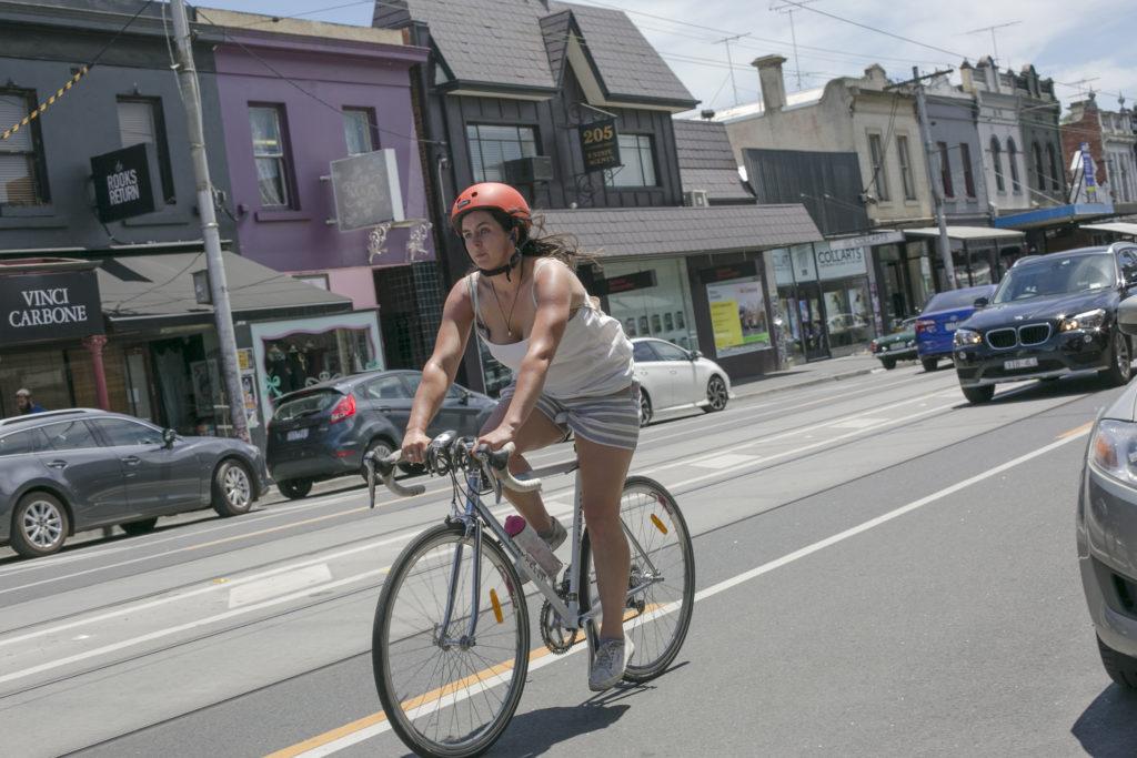 例規定每個騎單車人士都必須佩戴安全帽,而且政府部門會嚴厲執法。