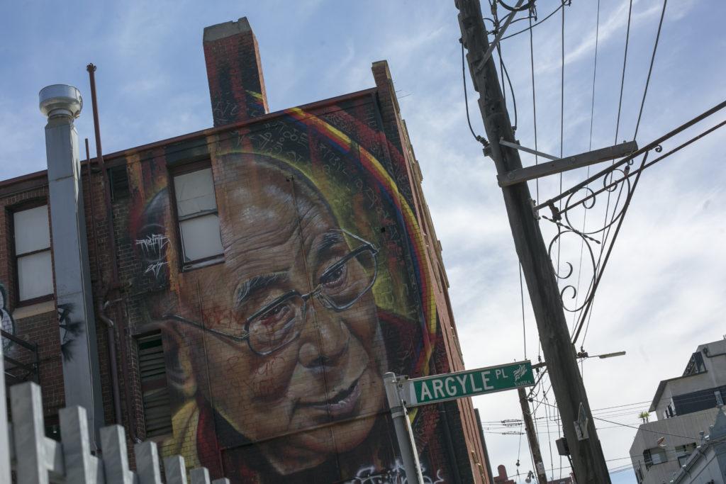 澳洲塗鴉家Adnate年初用數天時間創作的達賴喇嘛大型畫作
